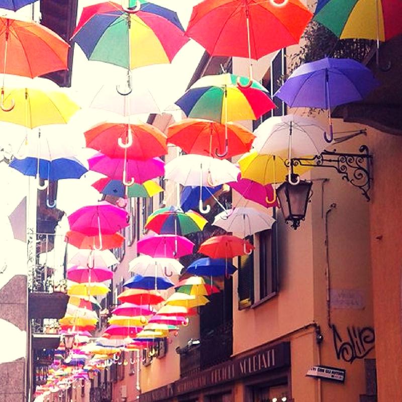 Undercolours a Arona, ombrelli colorati nel centro storico